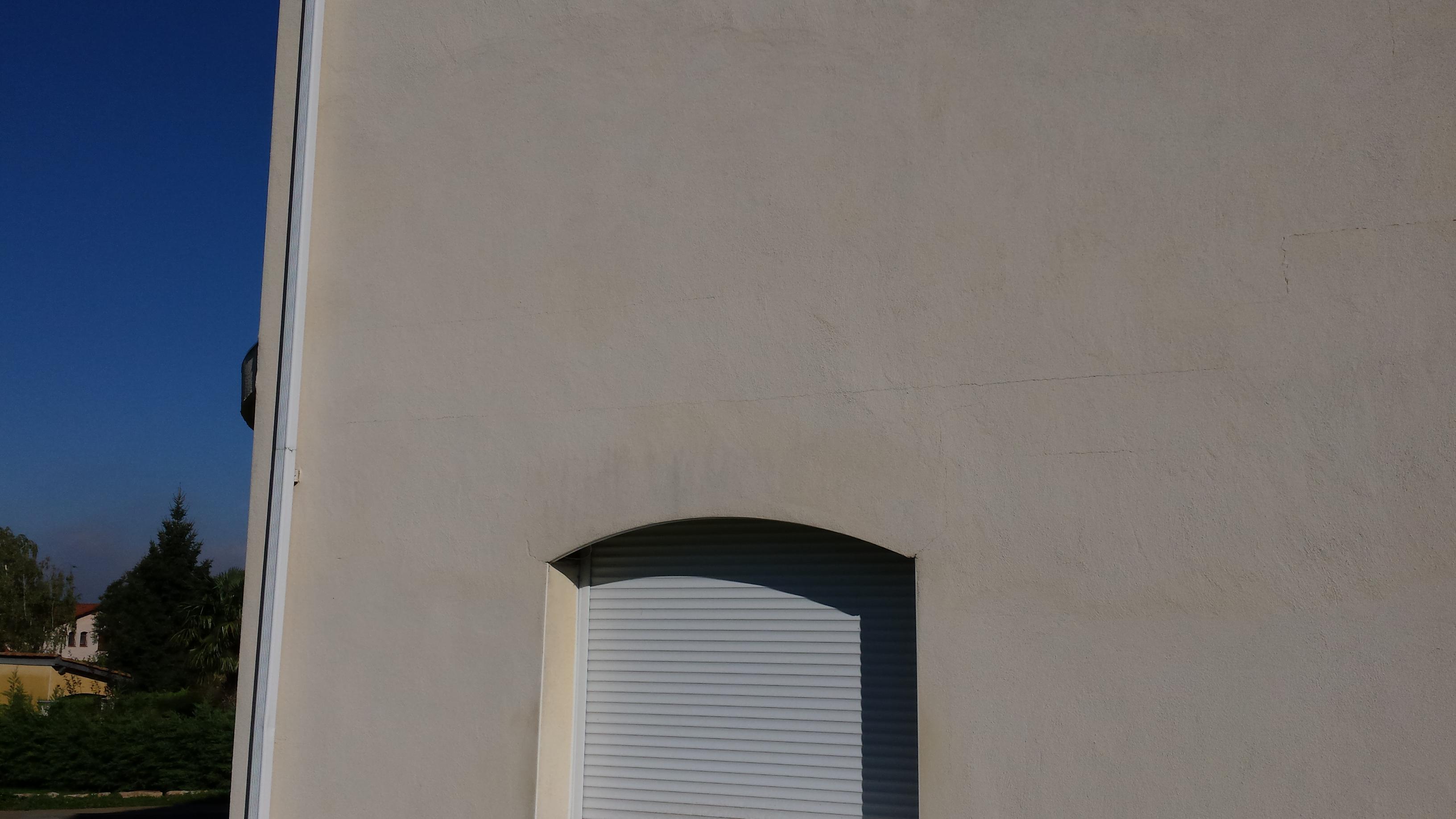 Voila une photo en grande taille de cette façade la fissure horizontale apparait sur deux niveaux différents et reprend un peu plus à gauche en sétant