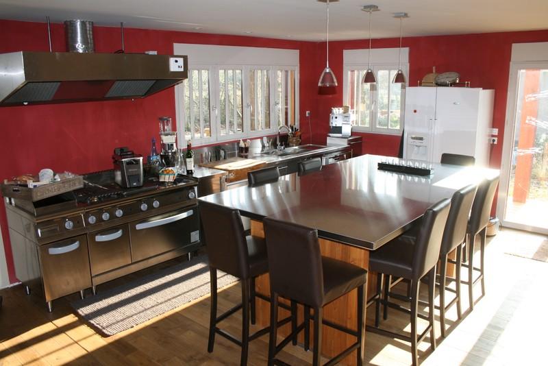 notre cuisine mur rouge et tout inox dont l 39 lot geant. Black Bedroom Furniture Sets. Home Design Ideas