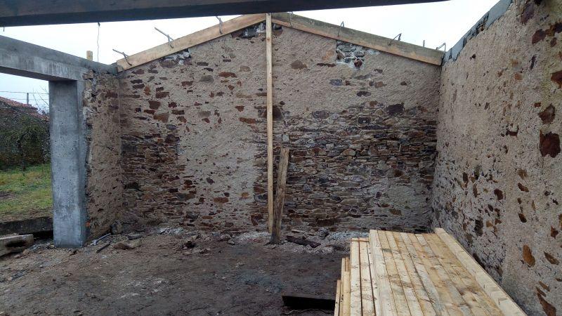 doublage d 39 un mur en pierre avec un faux aplomb important. Black Bedroom Furniture Sets. Home Design Ideas