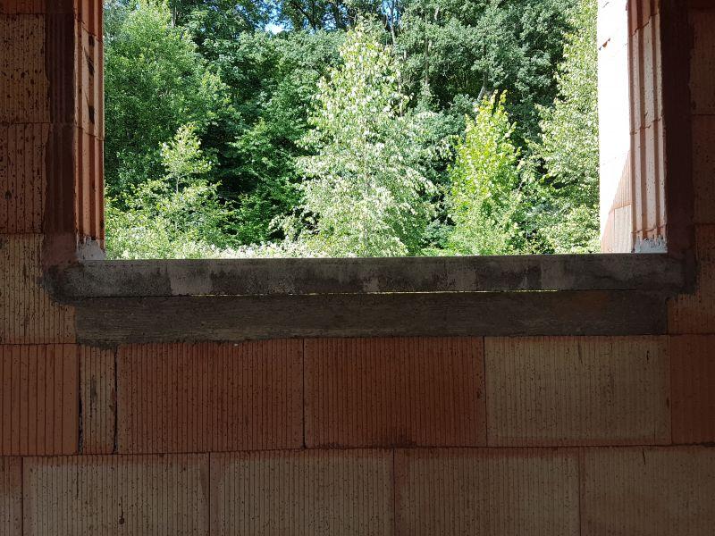 Trou entre briques alvéolaires, espace entre appui de fenetre et mur
