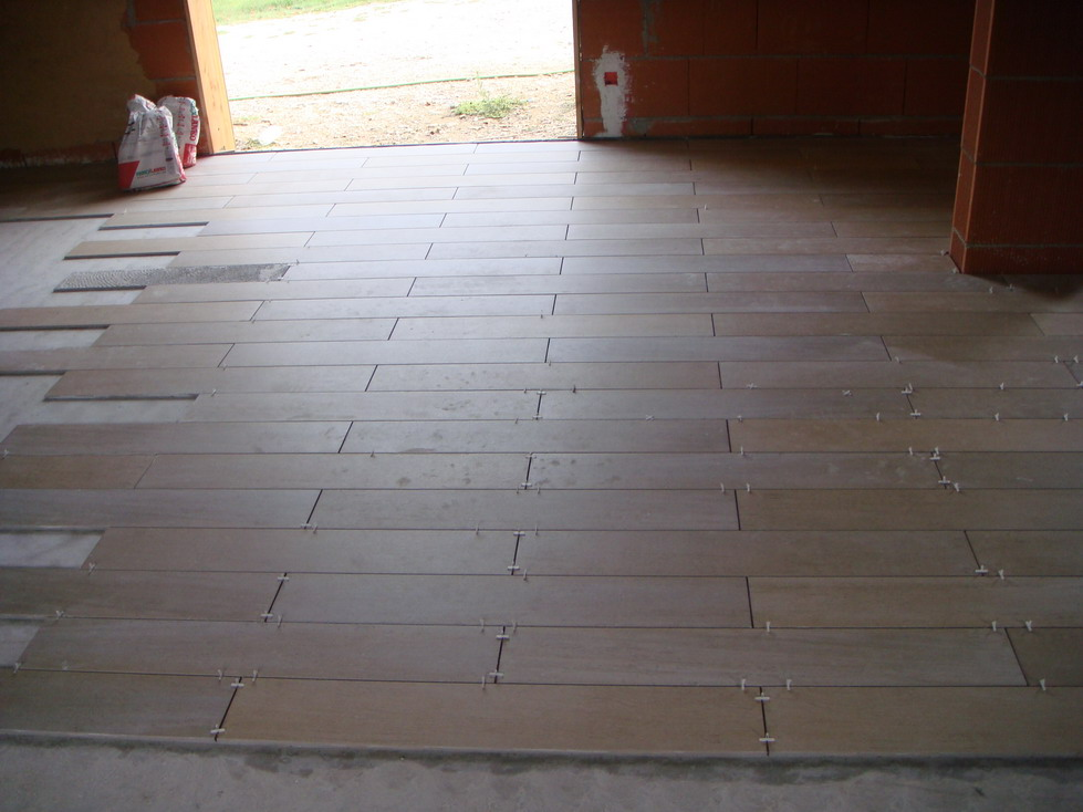 Pose carrelage imitation bois with carrelage imitation for Pose carrelage sol imitation parquet